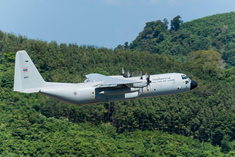 L'avion thaïlandais royal de l'Armée de l'Air partent à l'aéroport de Phuket photo libre de droits