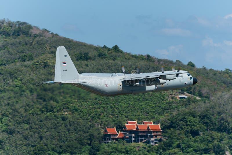 L'avion thaïlandais royal de l'Armée de l'Air partent à l'aéroport de Phuket photo stock