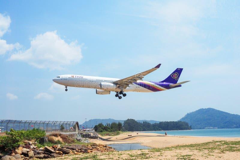 L'avion Thai Airways au débarquement à l'aéroport de Phuket au-dessus du image stock