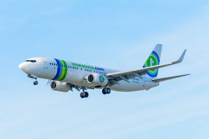 L'avion Transavia PH-HZX Boeing 737-800 Transavia de vol débarque à l'aéroport de Schiphol image stock