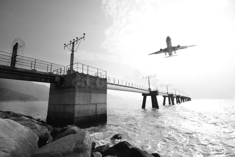 L'avion va atterrir dans un aéroport. photos stock