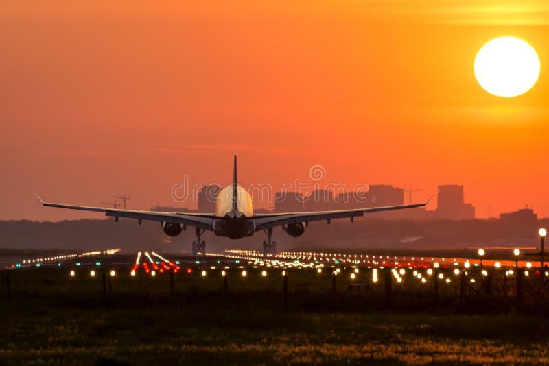 L'avion vole à l'aéroport photo stock