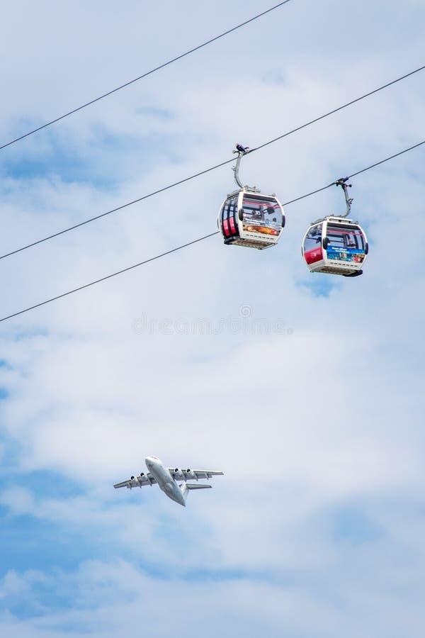 L'avion vole par des compagnies aériennes d'émirats ascenseur de funiculaire photos libres de droits