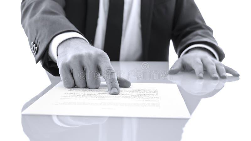 L'avocat montrant le client à la preuve a lu une déclaration images libres de droits