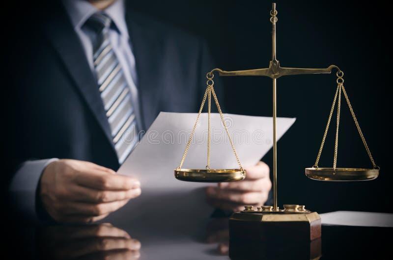 L'avocat ou la mandataire travaille dans son bureau images stock