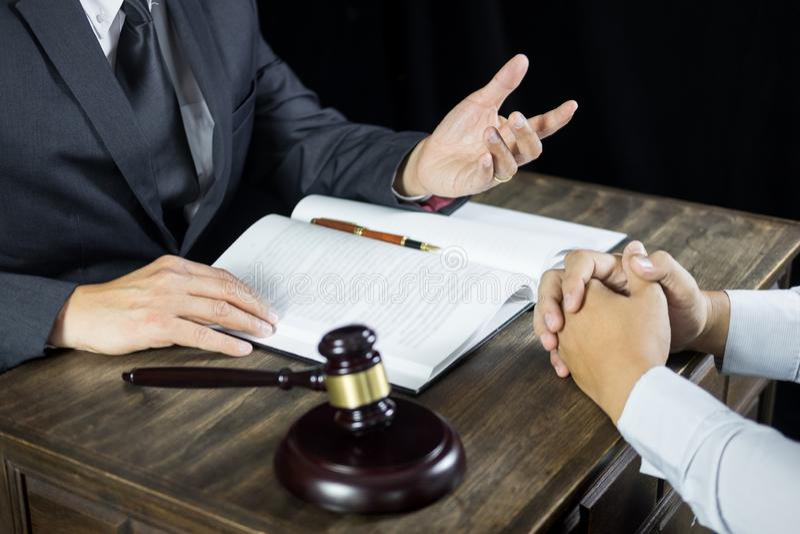 L'avocat ou le juge consultent la réunion avec le client à un cabinet d'avocats au sujet de la législation juridique dans la sall photo libre de droits