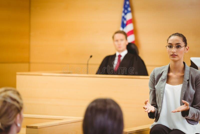 L'avocat sérieux font une déclaration fermante photos libres de droits