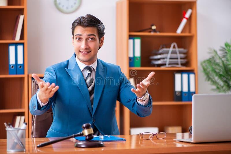 L'avocat travaillant dans le bureau photos stock