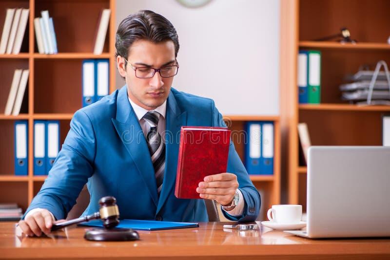 L'avocat travaillant dans le bureau photo stock