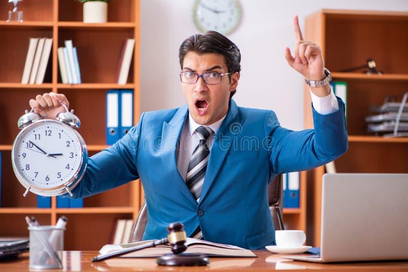 L'avocat travaillant dans le bureau image stock