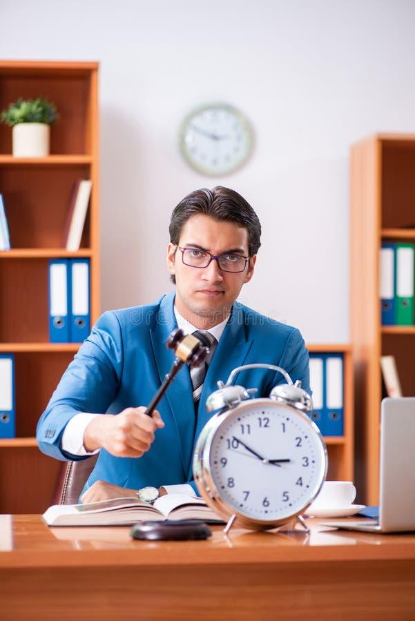 L'avocat travaillant dans le bureau images libres de droits