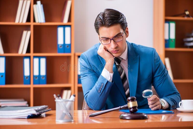 L'avocat travaillant dans le bureau image libre de droits