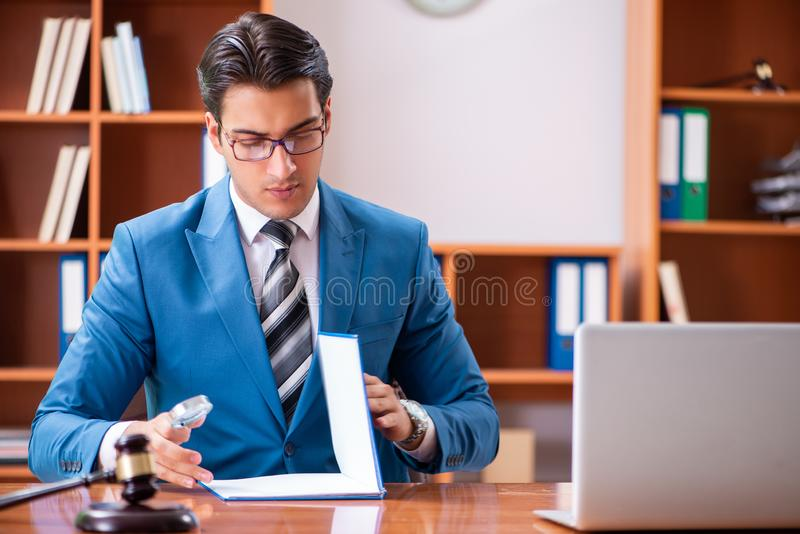 L'avocat travaillant dans le bureau images stock