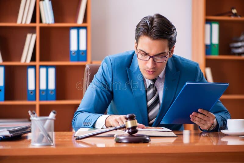 L'avocat travaillant dans le bureau photographie stock libre de droits
