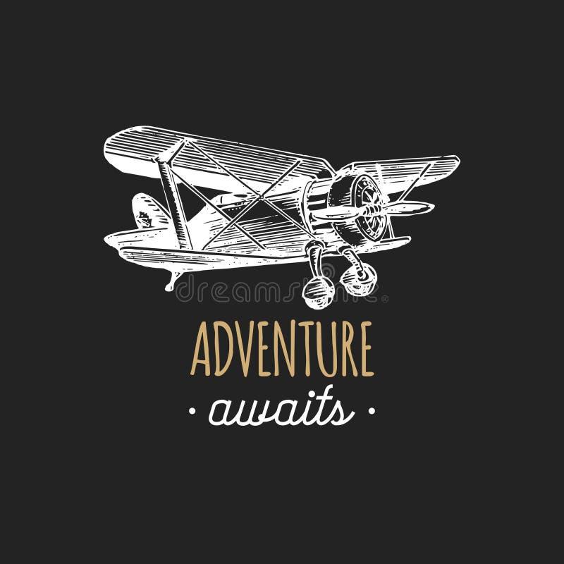 L'avventura attende la citazione motivazionale Retro logo d'annata dell'aeroplano La mano ha schizzato l'illustrazione di aviazio illustrazione di stock