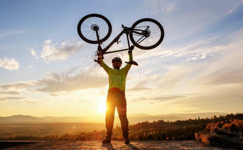 L'avventura in bicicletta sulle montagne immagine stock