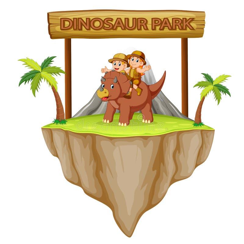 l'avventuriere sta giocando con il triceratopo nel parco del dinosauro illustrazione di stock