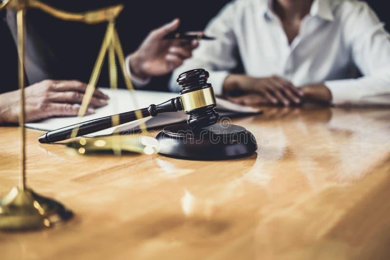L'avvocato o il consulente maschio che lavora nell'aula di tribunale ha riunione con il cliente è consultazione con le carte del  fotografia stock libera da diritti