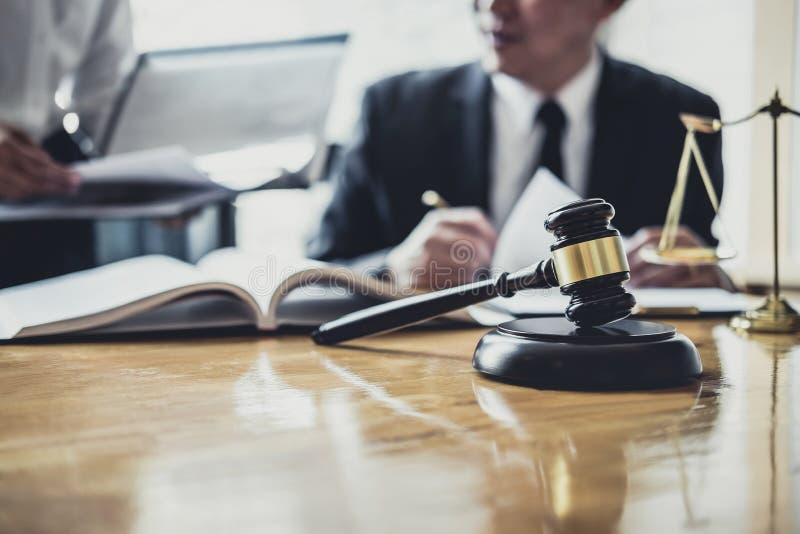 L'avvocato o il consulente maschio che lavora nell'aula di tribunale ha riunione con il cliente è consultazione con le carte del  immagini stock