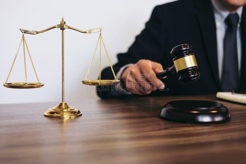 L'avvocato o il giudice maschio che lavora con i libri di legge, martelletto, riferisce la c immagini stock libere da diritti