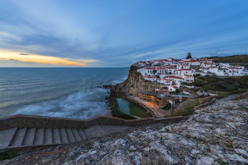L'Azenhas troublent le village au coucher du soleil au Portugal, l'Europe ; photo stock