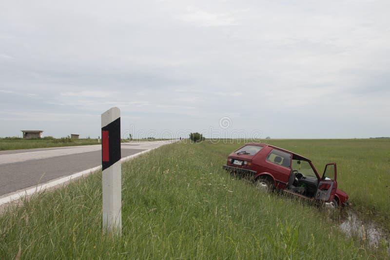 L'azionamento irresponsabile nel maltempo, veicolo ha andato via la strada in fossa fotografia stock libera da diritti