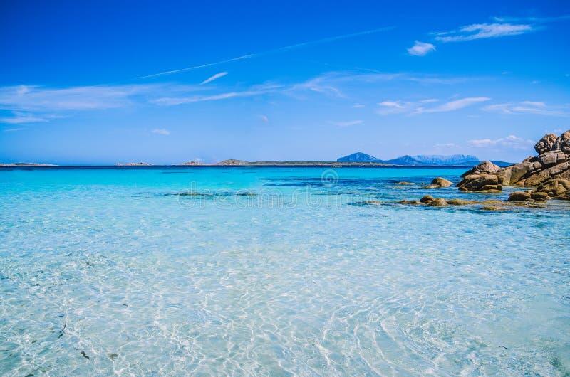 L'azur étonnant clair a coloré l'eau de mer avec des roches de granit en plage de Capriccioli, Sardaigne, Italie images stock