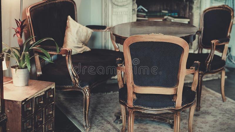 L binnenland met oude meubilair en open haard royalty-vrije stock afbeelding