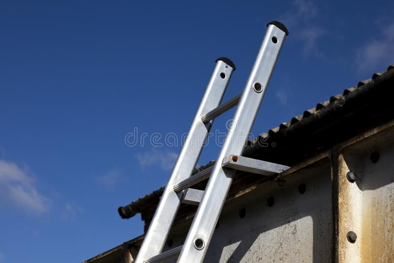 L'?chelle en aluminium solidement a attach? en haut photos stock