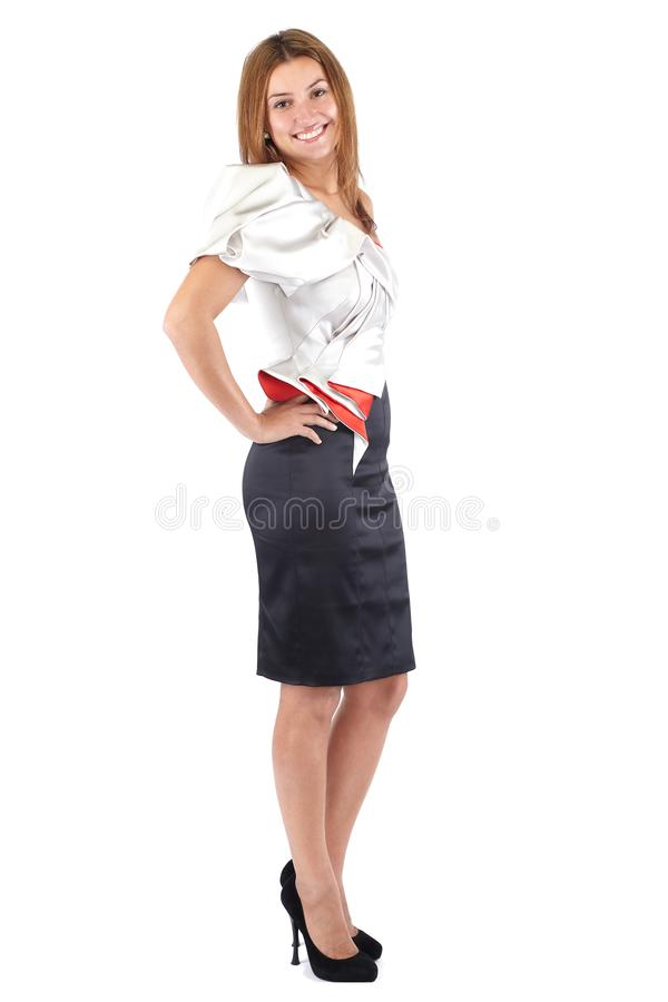 L?chelnde sch?ne junge Frau im schwarzen wei?en roten Kleid, seitlich stehend und Betrachten der Kamera Atelieraufnahme, voller K lizenzfreies stockfoto