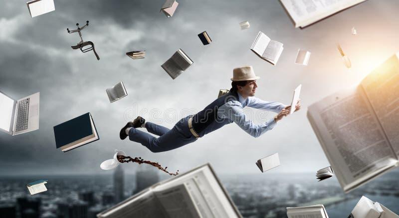 L?chelnder froher frei schwebender junger Mann Gemischte Medien lizenzfreie stockfotografie
