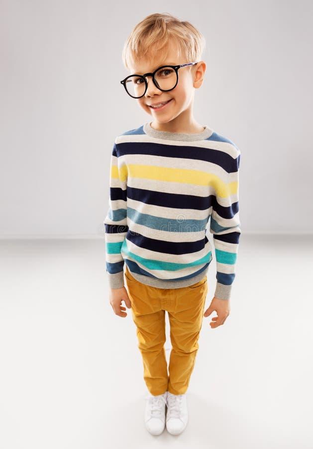 L?chelnder Junge in den Gl?sern und in gestreiftem Pullover lizenzfreie stockfotos