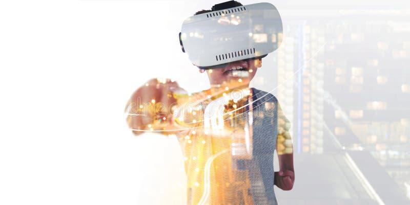 L?chelnder Junge, der das virtuelle Kopfh?rerspielen tr?gt lizenzfreie abbildung