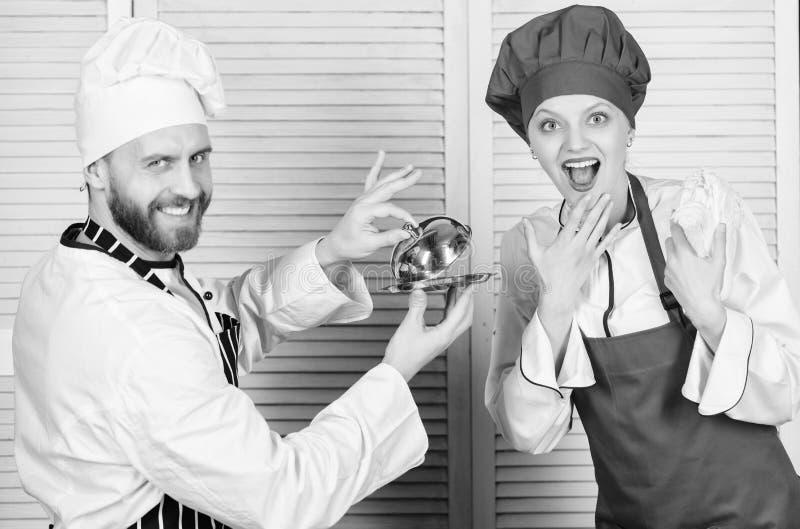L?ckert m?l Kulinariskt ?verraskningbegrepp Kulinariskt showlag f?r kvinna och f?r sk?ggig man Ultimat laga mat utmaning royaltyfri fotografi