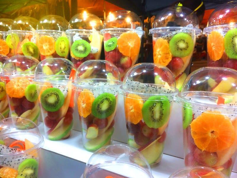 L?ckra nya skivade tropiska frukter i en plast- beh?llare, ett hotell, en restaurang, sund mat fotografering för bildbyråer