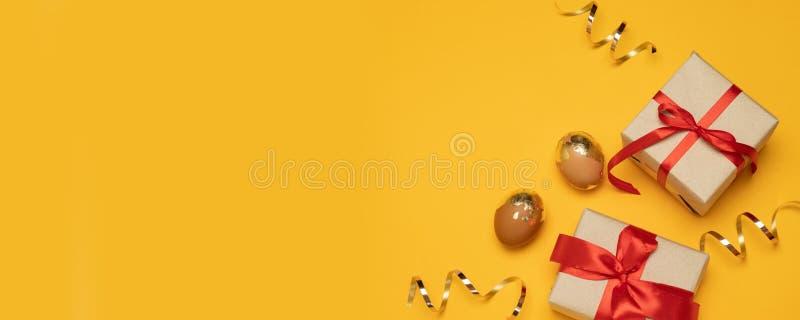 L'or de papier fait main de boîte-cadeau de vacances de vacances de Pâques miroite fond et oeufs d'or avec l'espace de copie images libres de droits