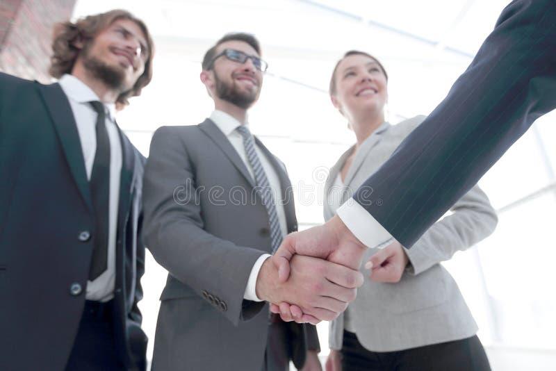 L?der empresarial que sacude las manos con el inversor fotografía de archivo libre de regalías
