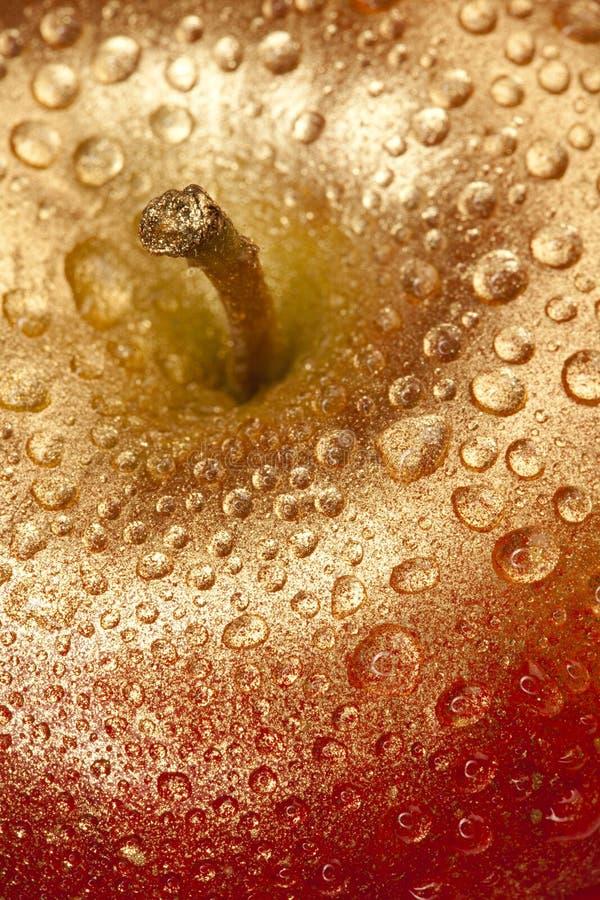 L'or a doré la pomme pour la gouttelette d'eau de Noël photo libre de droits