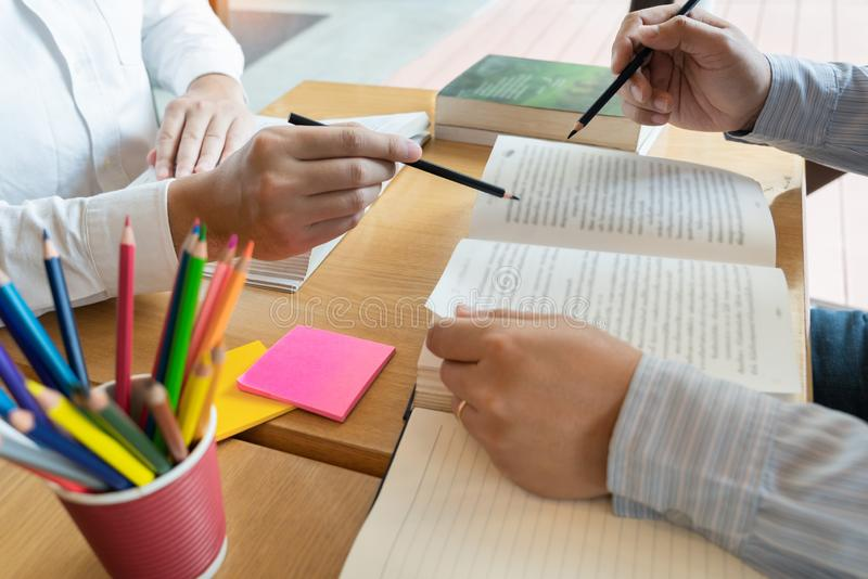 L'?ducation et le concept d'?cole, campus d'?tudiants soutien scolaire aide la lecture d'ami d'?tablissement et l'examen et l'?tu photo stock