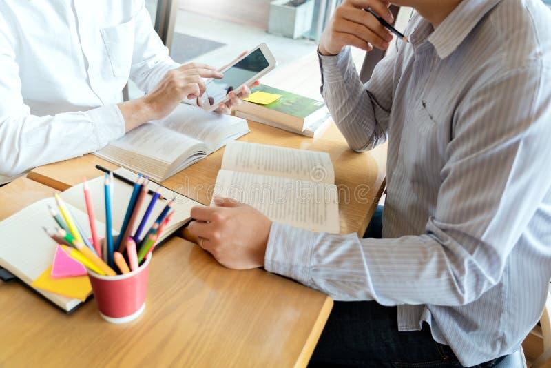 L'?ducation et le concept d'?cole, campus d'?tudiants soutien scolaire aide la lecture d'ami d'?tablissement et l'examen et l'?tu photographie stock