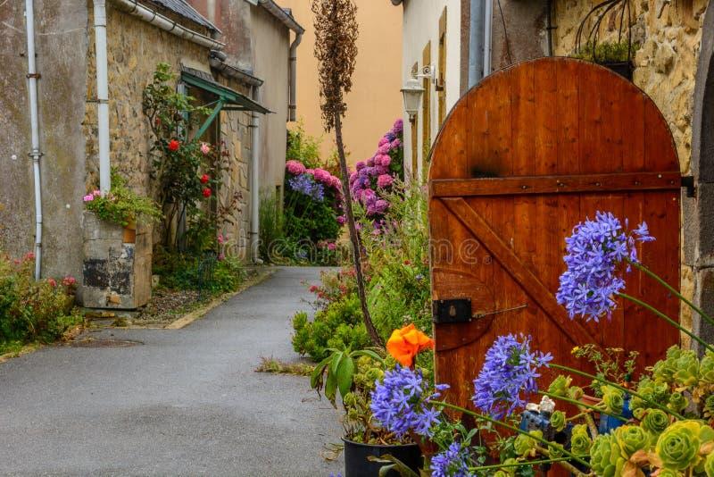 L e Lijstwerk, dorp in Bretagne met veerboot aan Brest stock foto's