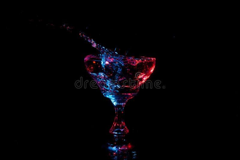 L'eau éclaboussant du verre de fantaisie image libre de droits