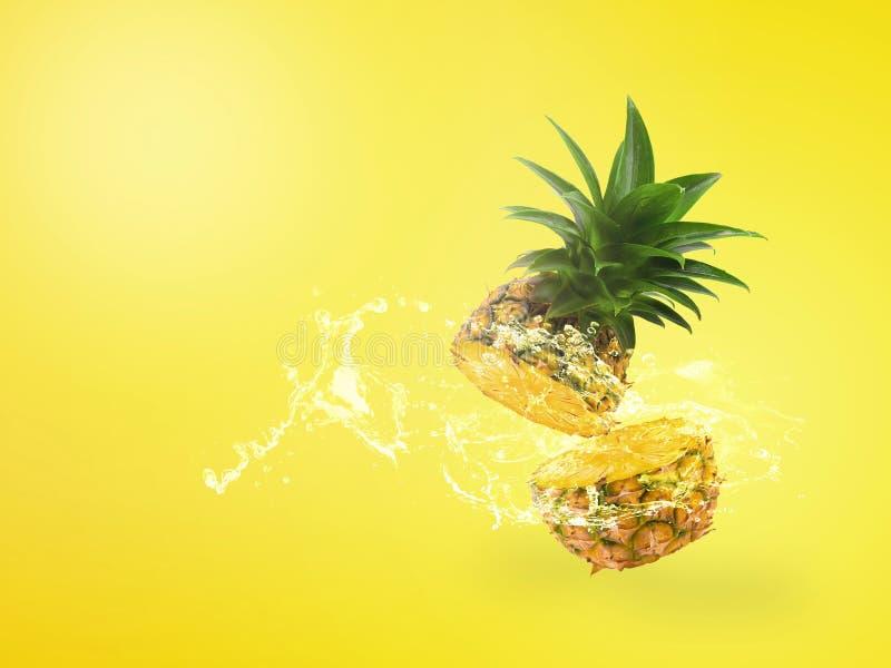 L'eau éclaboussant sur l'ananas frais est fruit tropical d'isolement sur le fond jaune photographie stock