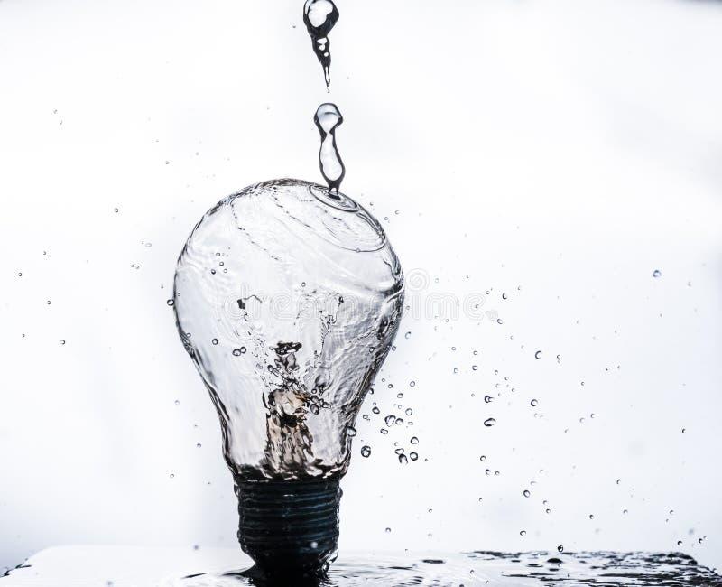 L'eau éclaboussant sur une ampoule photos libres de droits