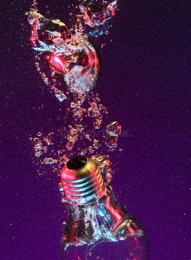 l'eau électrique d'ampoule image stock
