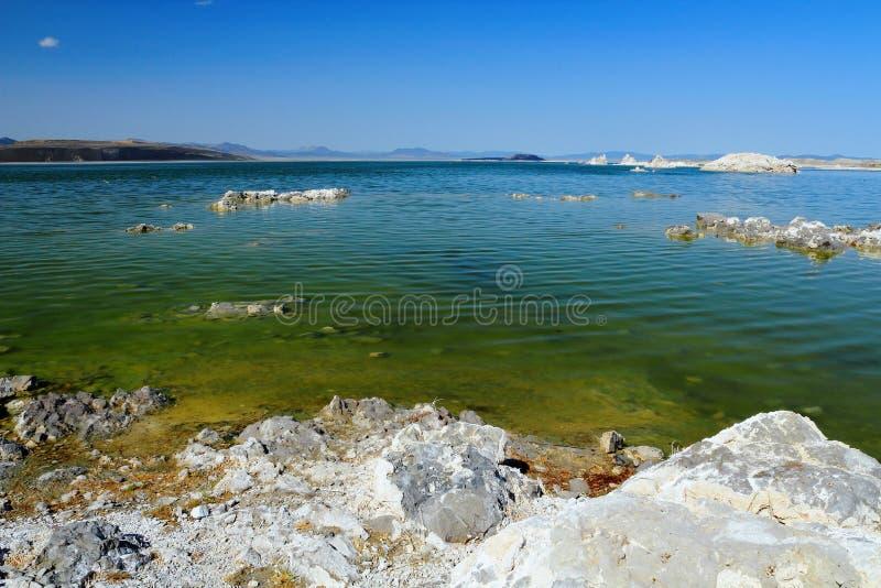 L'eau alcaline des formations mono de lac et de tuf, la Californie images stock