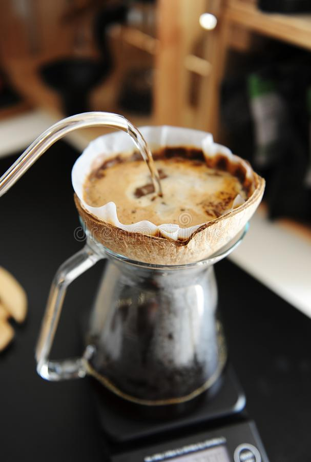 L'eau alternative d'égouttement de brassage de café de noix de coco de pourover créatif peu commun de coquille avec la bouilloire photo libre de droits