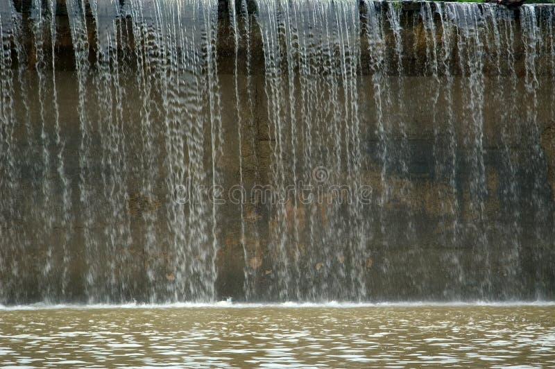 L'eau au-dessus du barrage photos stock