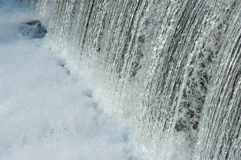 L'eau au-dessus du barrage photographie stock