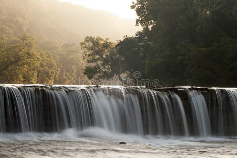 L'eau au-dessus du barrage image stock